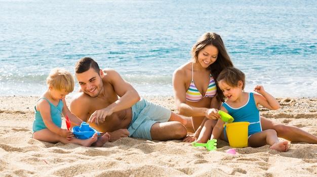 ビーチの4人家族 無料写真