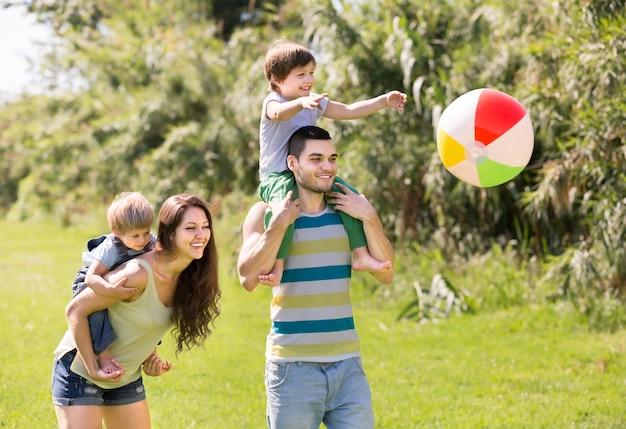 公園内の4人の家族 無料写真