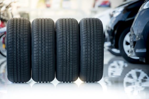 4 новые шины, которые меняют шины в автосервисе Premium Фотографии