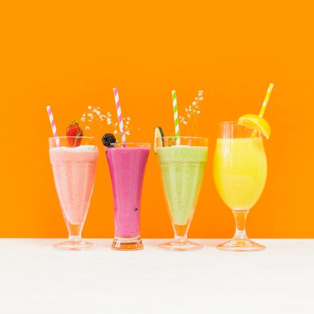 4つのおいしい夏のスムージ 無料写真