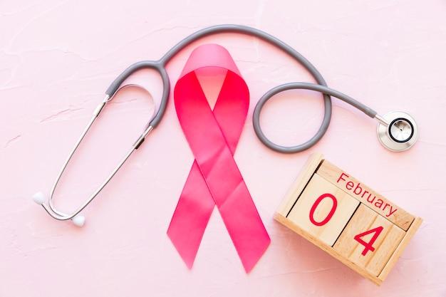 Всемирная раковая дневная лента с стетоскопом и деревянная коробка 4 февраля Бесплатные Фотографии
