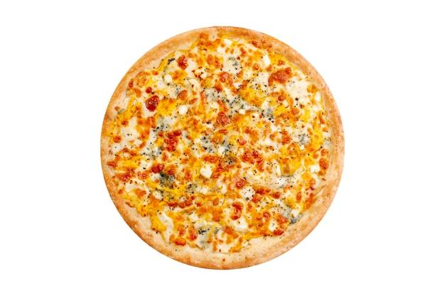 白い背景で隔離のピザ。モッツァレラチーズとブルーチーズ入りのホットファーストフード4チーズ。 Premium写真