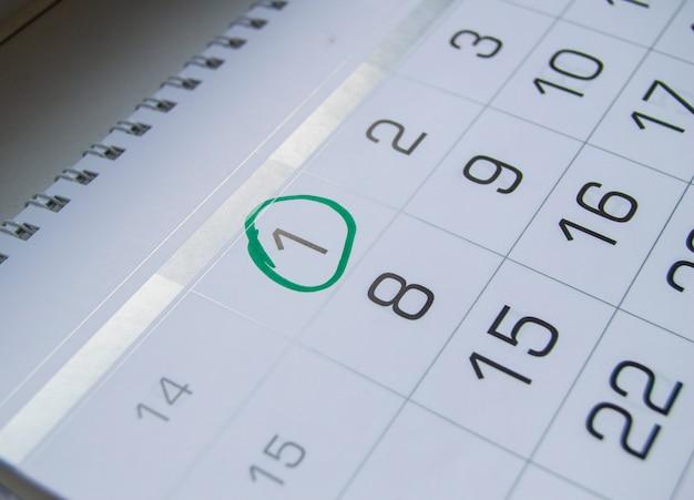 4月のカレンダーの日付、愚か者の日のごちそうに丸をマーク、笑い、ユーモア、ジョーク Premium写真