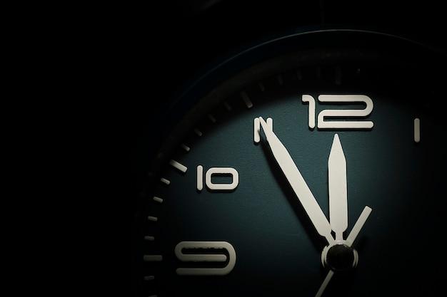 5分から12分を示す時計の文字盤 Premium写真