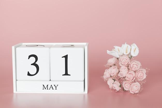 5月31日月31日です。モダンなピンクのカレンダーキューブ Premium写真