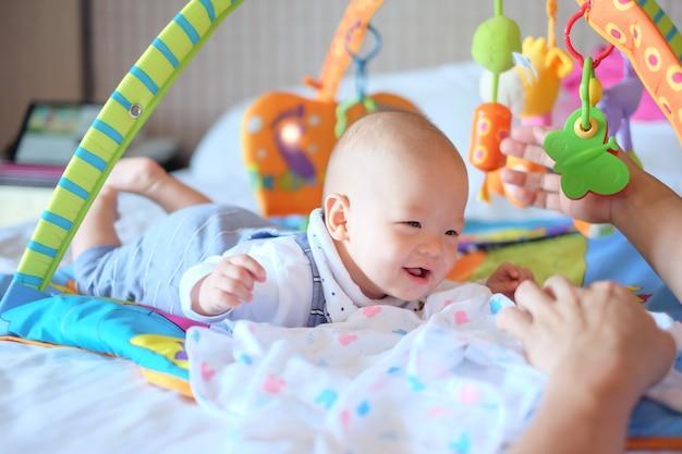 おなかの時間でかわいい小さなアジア5  -  6ヶ月の男の子の赤ちゃん Premium写真
