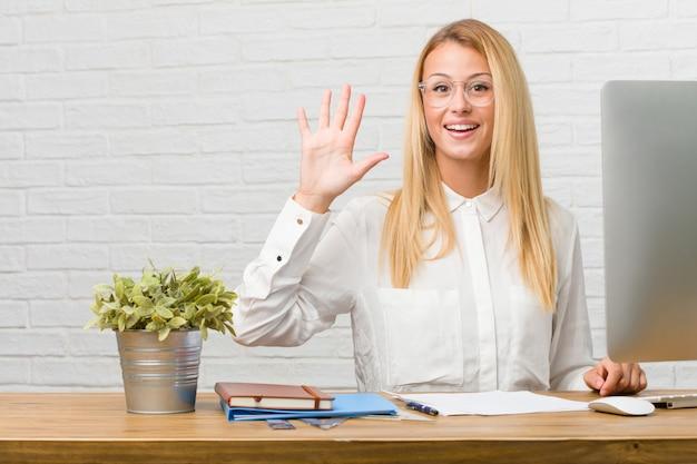番号5、cのシンボルを示すタスクを行う彼女の机の上に座っている若い学生の肖像画 Premium写真