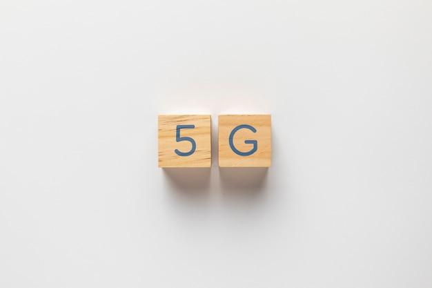 無地の背景に小さなキューブに書かれた5 g 無料写真