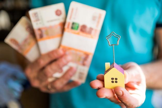 5000ルーブルの紙幣と家を束ねる Premium写真