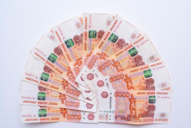 Пять тысяч рублей. российские рубли. куча 5000 российских банкнот крупным планом. русская бумажная валюта. Premium Фотографии