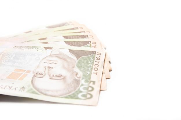 白い背景の上のウクライナのお金。紙幣500グリブナのクローズアップ。危機。ファイナンス Premium写真