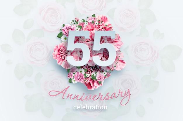ピンクの花に55の数字と記念日のお祝いのテキストをレタリングします。 Premium写真