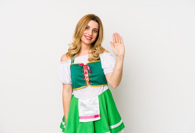 聖パトリックの日の服を着た若い女性は、指で5を示す陽気な笑顔を分離しました。 Premium写真
