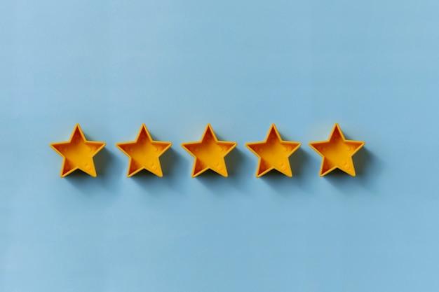 卓越性のための5つの金の星の列 Premium写真