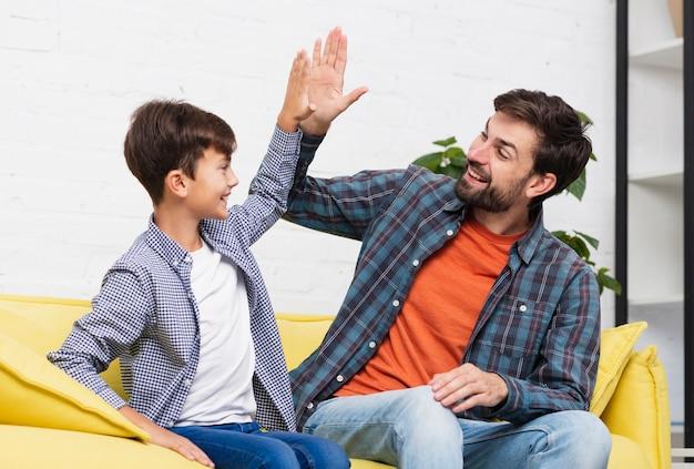 幸せな息子と父親は5を打つ 無料写真