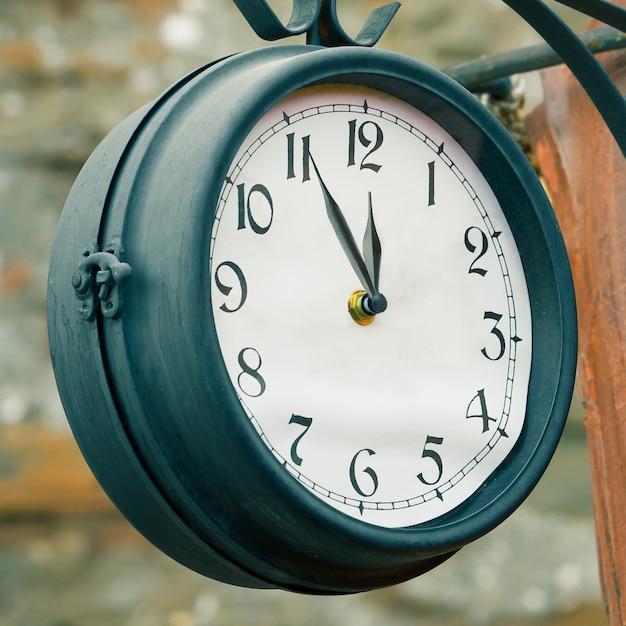 Старинные уличные часы. 5 минут до двенадцати концепции Premium Фотографии