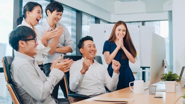 若いビジネスマンアジアのビジネスマンやビジネスウーマンのミレニアルグループは、小さなモダンなオフィスの会議室で幸せな気持ちと契約または契約に署名した後、5を与えることを祝います。 無料写真