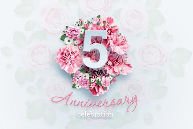 ピンクの花に5つの数字と記念日のお祝いのテキストをレタリング Premium写真