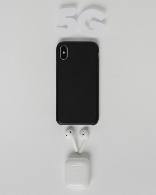 イヤホン付き携帯電話の上の5gテキスト 無料写真