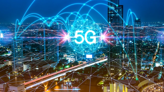 5gネットワークデジタルホログラムと市内のもののインターネット Premium写真
