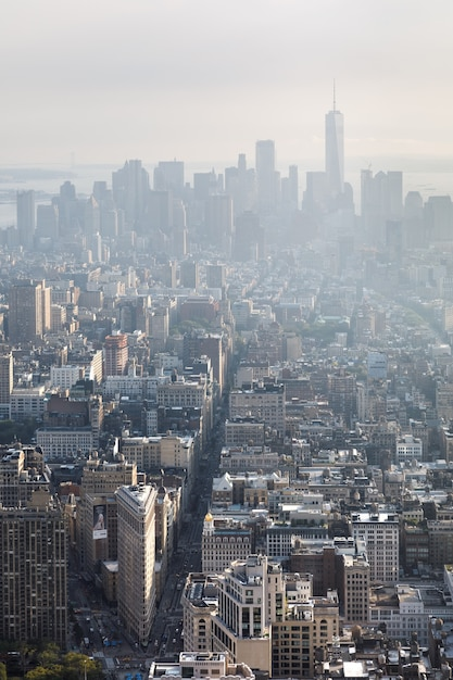 5-я авеню, флэтайрон-билдинг и бродвей. центр манхэттена и центр города, вид с вершины эмпайр-стейт-билдинг. с высоты птичьего полета Premium Фотографии