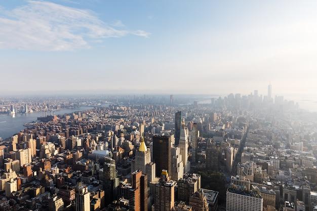 5-я авеню, флэтайрон-билдинг и парк мэдисон-сквер. центр манхэттена и центр города, вид с вершины эмпайр-стейт-билдинг. с высоты птичьего полета Premium Фотографии