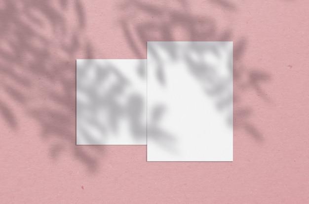 ツリーシャドウオーバーレイを使用した5x7インチの空白の白い垂直紙。モダンでスタイリッシュなグリーティングカードや結婚式招待状のモックアップ。 Premium写真