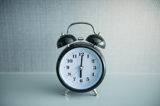 6時位置に黒い目覚まし時計 Premium写真