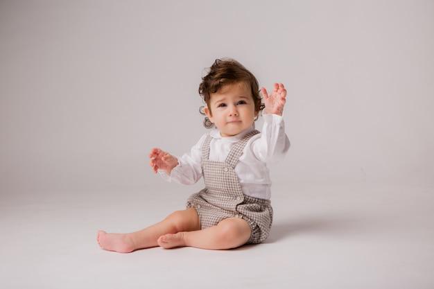 女の赤ちゃんカーリーブルネット6ヶ月白 Premium写真
