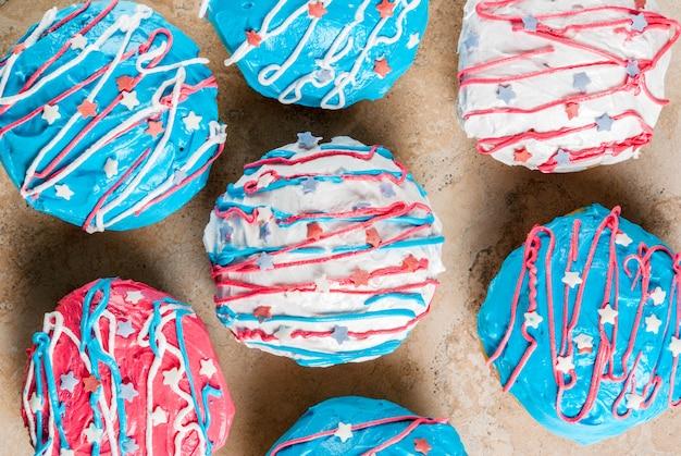 独立記念日の食べ物。 7月4日。アメリカの国旗の色のgl薬と伝統的なアメリカのドーナツ Premium写真