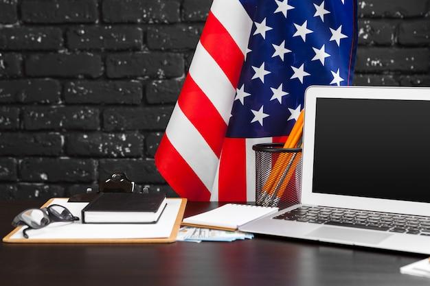 7月4日アメリカ独立記念日米国はコンピューターとオフィスデスクの装飾にフラグを立てる Premium写真