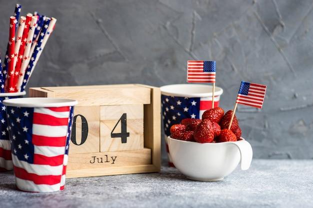 7月4日のブロックされたカレンダーとイチゴ Premium写真
