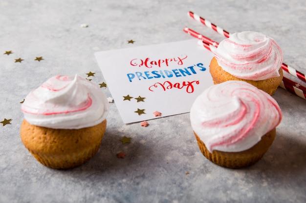 ハッピーハッピー大統領の日。休日および7月4日のコンセプトのための愛国的なベーキング用品カップケーキホルダー。 Premium写真