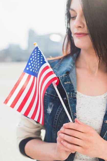 7月4日に外のアメリカの国旗を持つ女性 無料写真