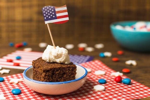 アメリカ国旗と木製のテーブルの上のキャンディーと7月のケーキの愛国心が強い第4 無料写真