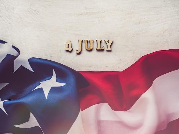 7月4日アメリカの国旗と木製の手紙 Premium写真