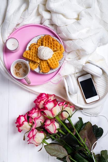 ワッフルとバラのコーヒー。バレンタインデーまたは8月3日 Premium写真