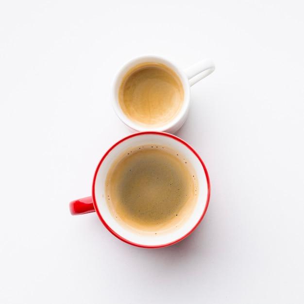 コーヒーカップで作られた8月レタリング 無料写真