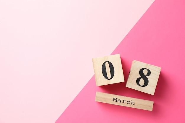 2つのトーン、テキスト用のスペースに3月8日の木製カレンダー Premium写真