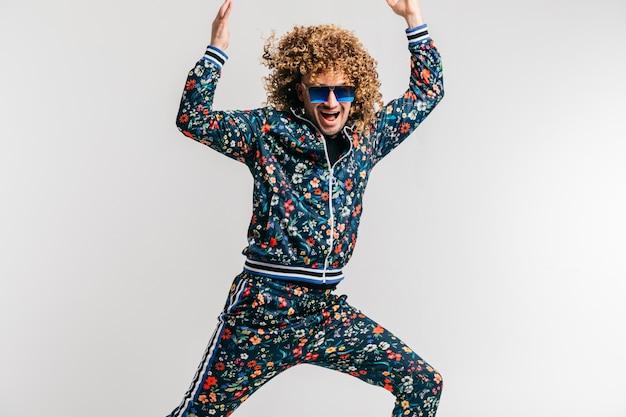 スタイリッシュなビンテージ服のポーズで大人の面白い男を興奮させた。 80年代のファッション。 Premium写真
