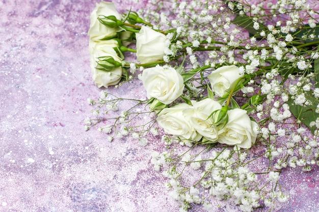 8 марта женский день открытка с белыми цветами, конфетами и чашкой чая Бесплатные Фотографии
