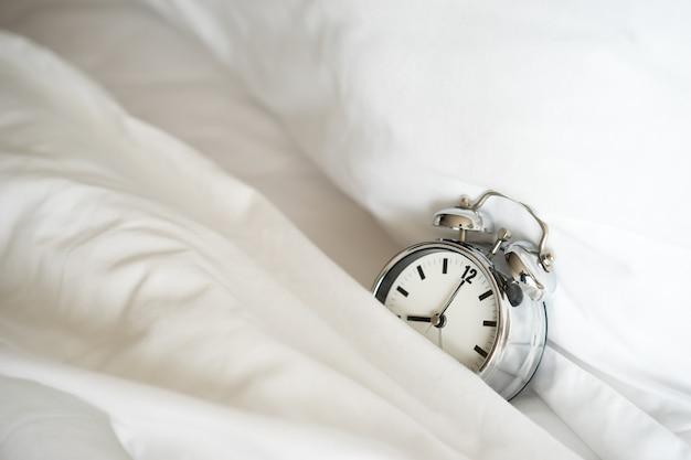 Будильник в 8 утра. проснуться Premium Фотографии