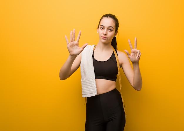 番号8を示す若いフィットネス女の子 Premium写真
