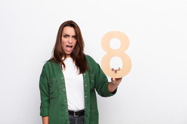 Сердитая женщина, держащая номер 8 Premium Фотографии
