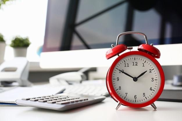 朝のクローズアップで8に設定された赤い目覚まし時計 Premium写真