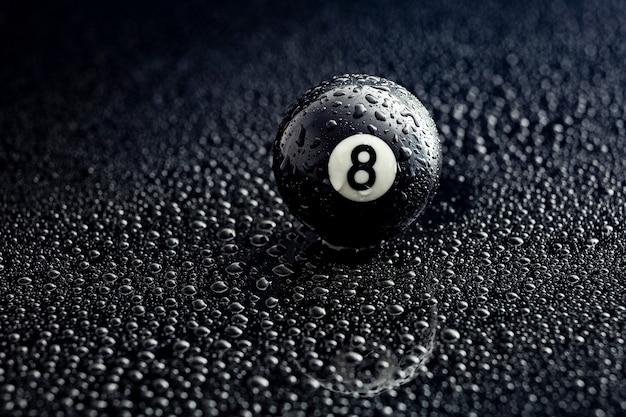 黒の水滴と数8ビリヤードボール Premium写真