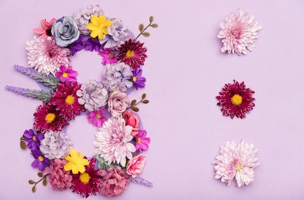 花で作られた行進記号のかわいい8 無料写真