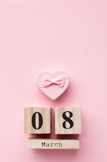 Вид сверху розовые женские элементы с надписью 8 марта Бесплатные Фотографии