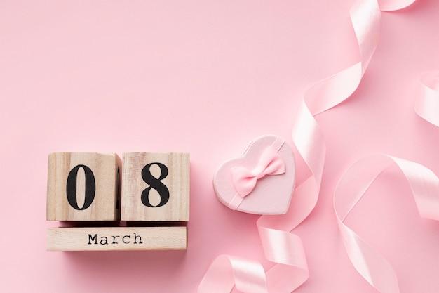 Розовые женские элементы с надписью 8 марта и копией пространства Бесплатные Фотографии