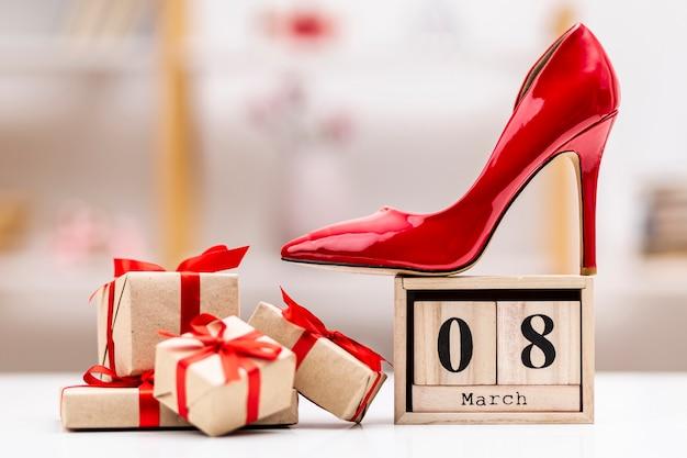 Вид спереди 8 марта надписи с красными высокими каблуками Бесплатные Фотографии